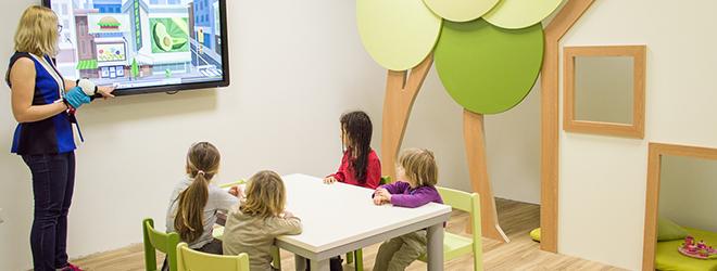 Interaktivni zasloni s sličicami in filmčki otroke pritegnejo in povečajo njihovo motivacijo.