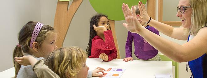 Visoko usposobljene in skrbno izbrane učiteljice znajo otroke navdušiti.