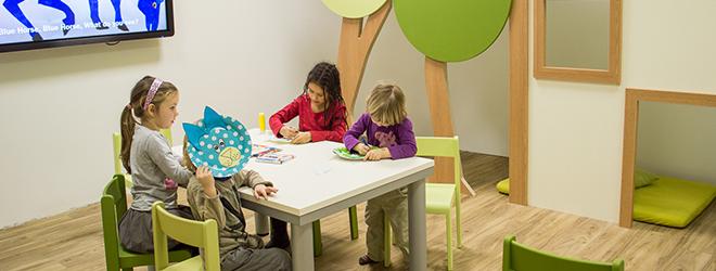 Otroci uživajo v ustvarjanju na temo pravljice. Tako si še lažje zapomnijo nove fraze.