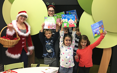 Otroke je letos obiskala božička